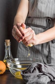 Mãos de close-up, espremendo limão