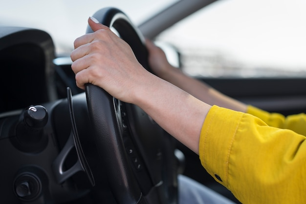 Mãos de close-up no volante
