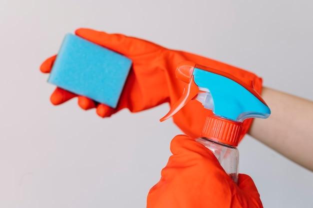 Mãos de close-up usando luvas