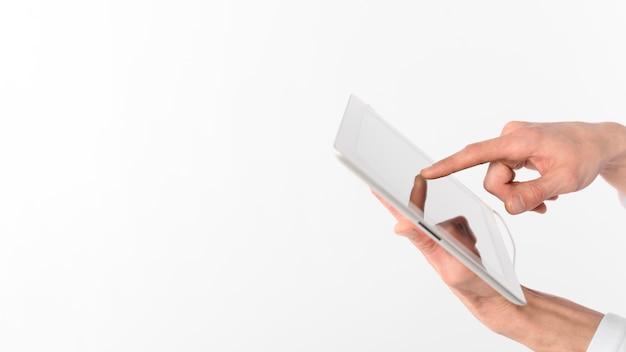 Mãos de cópia-espaço com tablet