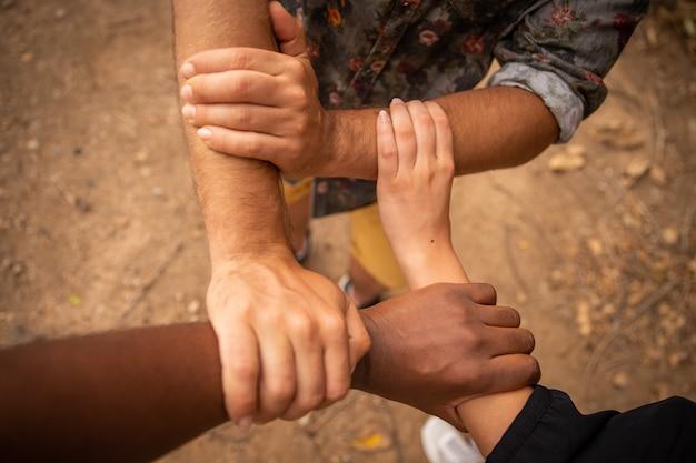 Mãos de cores diferentes para combater o racismo