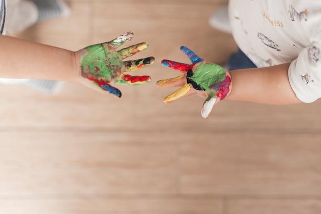 Mãos, de, criança, com, pintura