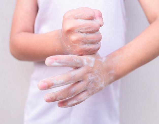 Mãos de criança lavando as mãos. higiene pessoal, limpeza das mãos.