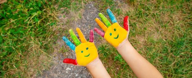 Mãos de crianças em cores. foto de verão. foco seletivo.