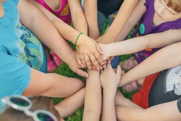 Mãos de crianças juntas, jogos de rua