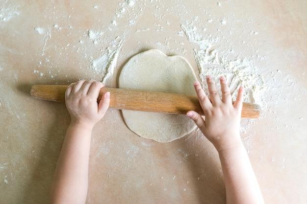 Mãos de crianças rolou massa