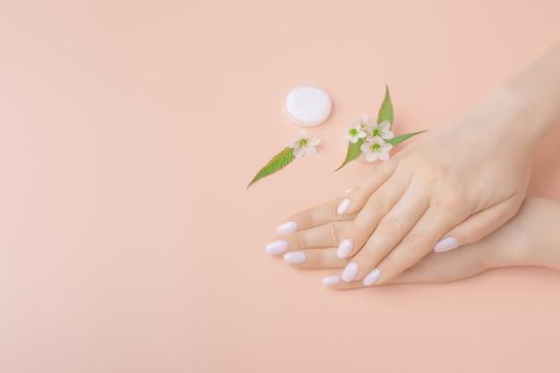 Mãos de cuidados com a pele de maquete. mãos de mulher com as palmas das mãos para baixo. conceito de cuidados de mão. copyspace
