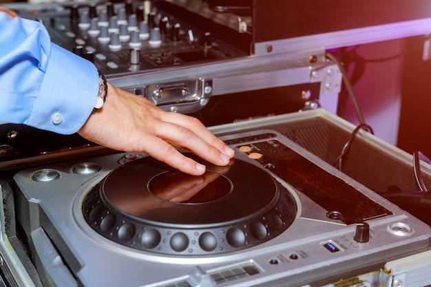 Mãos de dj e controle remoto