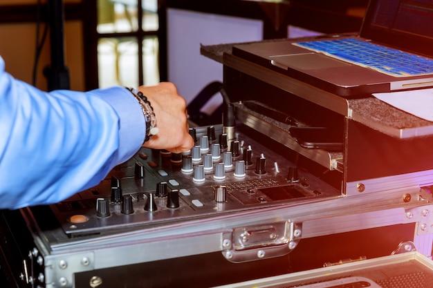 Mãos de dj remoto e mixer para música