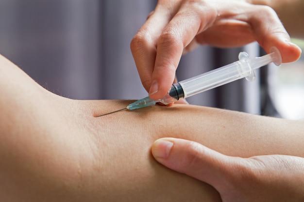 Mãos, de, doutor médico, com, injector, fazendo, vacinação