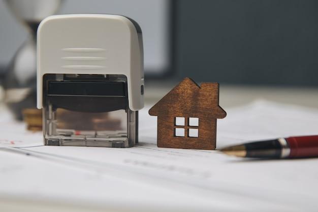 Mãos de empresário assinando documentos, arquivo de papelada financeira ou hipoteca de propriedade, negócios de investimento imobiliário