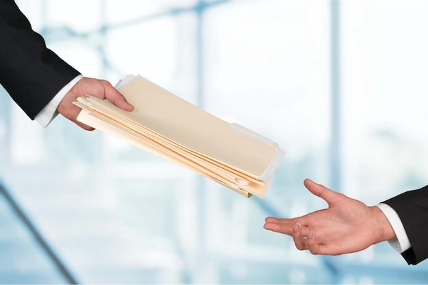 Mãos de empresários segurando documentos no fundo
