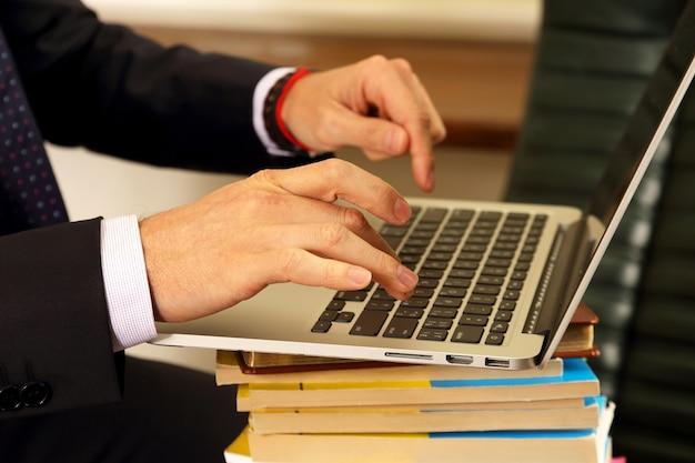 Mãos de empresários trabalhando em um laptop