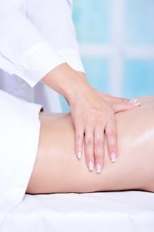 Mãos de esteticista fazendo massagem nas costas