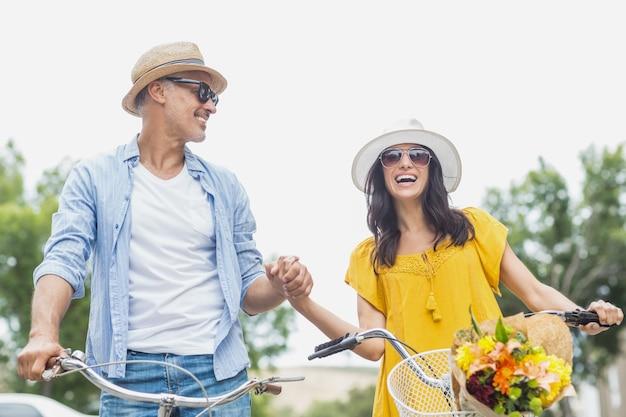 Mãos de explorações de casal feliz