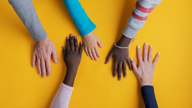 Mãos de família de cinco
