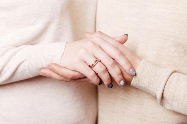 Mãos de homem e mulher close-up. casal de mãos dadas