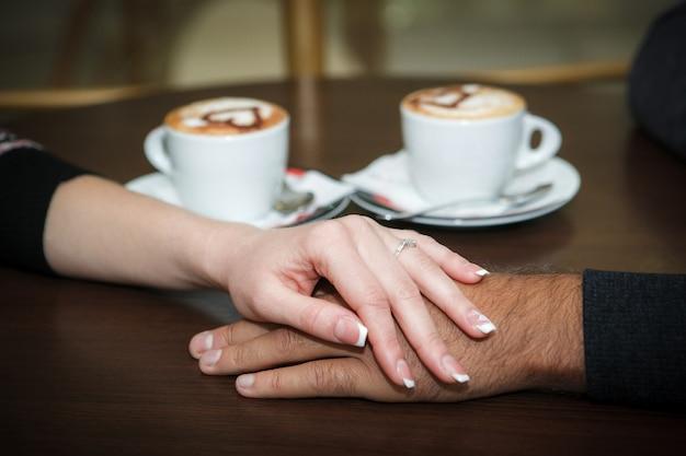 Mãos de homem e mulher.
