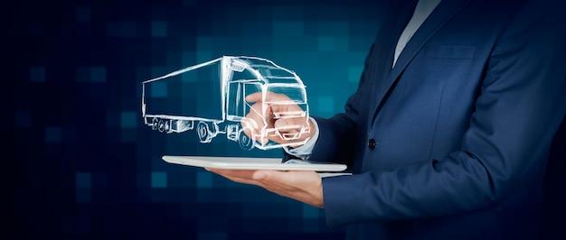 Mãos de homem mostrando uma nave holográfica em uma mesa