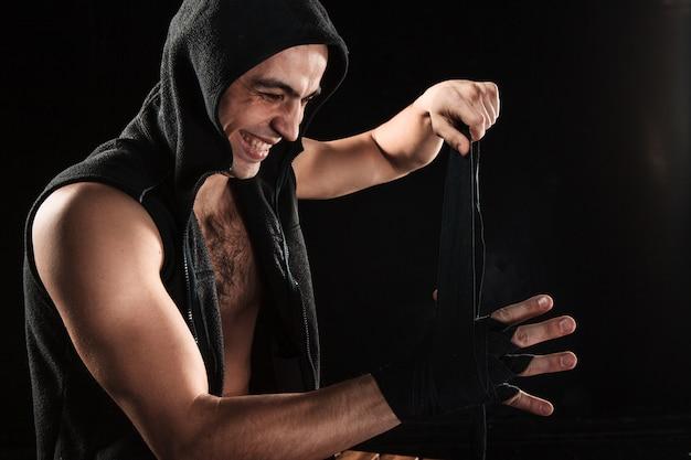 Mãos de homem musculoso com bandagem