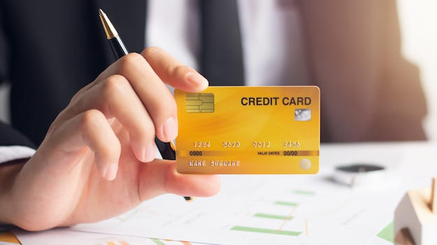 Mãos, de, homem negócios, segurando, cartão crédito, com, financeiro, documentos, financeiro, conceito