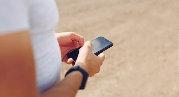 Mãos de homem tocando o visor do telefone. estilo de vida, viagens, conceito de tecnologia. copie o espaço