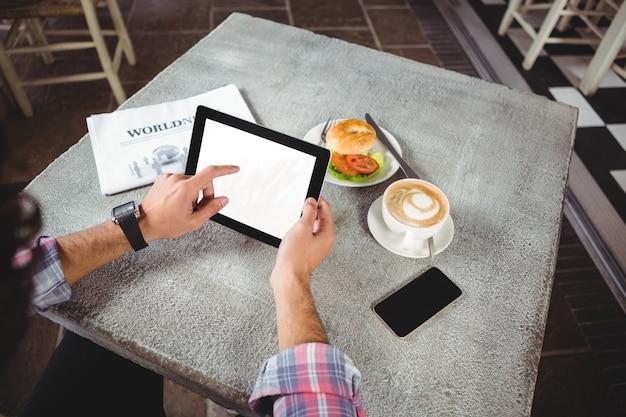 Mãos de homem usando tablet digital