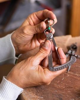 Mãos de joalheiro fazendo um anel