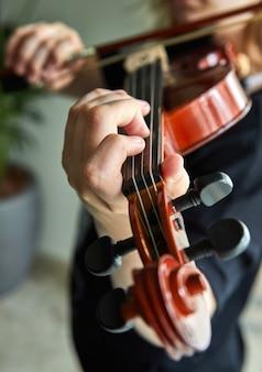 Mãos de jogador clássico. detalhes do violino tocando.