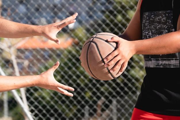 Mãos de jogadores de basquete tentando roubar a bola