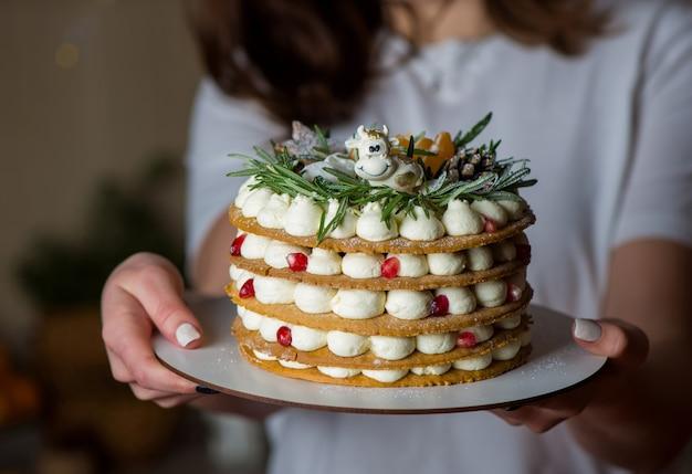 Mãos de jovem segurando o foco seletivo do bolo de aniversário.