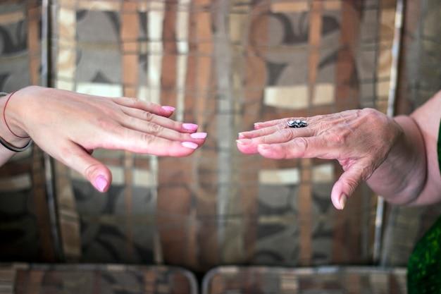 Mãos de mãe e filha