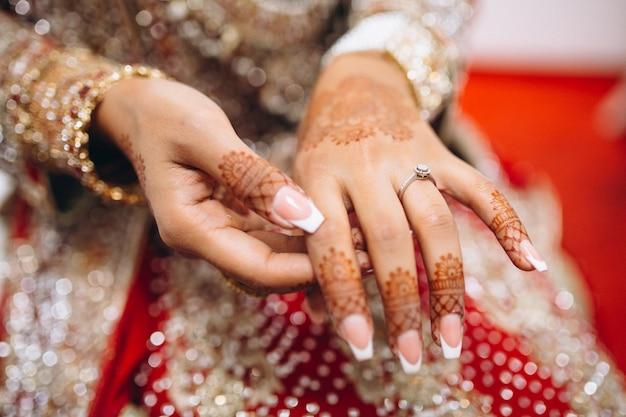 Mãos de mehndi da noiva