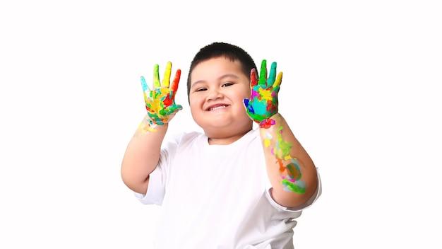 Mãos de menino pintadas em cores e aprendendo arte