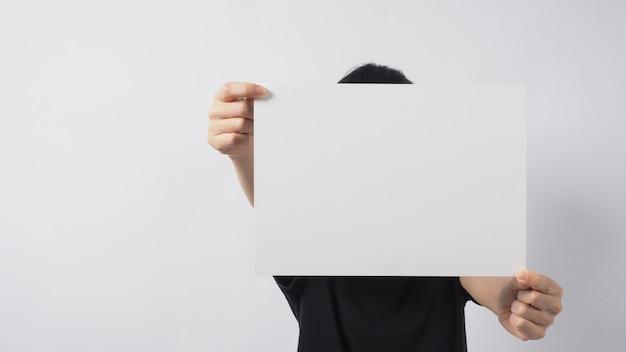 Mãos de modelo feminino estão segurando o papel a4 em fundo branco.