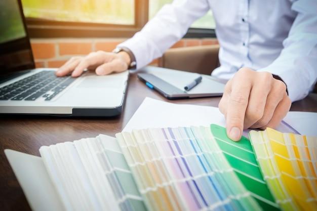 Mãos de moderno designer gráfico hipster masculino no escritório