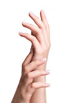 Mãos de mulher bonita com lindas unhas depois de salão de manicure com manicure francesa