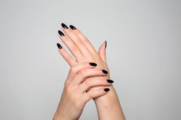 Mãos de mulher bonita com manicure profissional