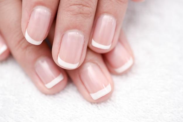 Mãos de mulher bonita. conceito de spa e manicure. pele macia, conceito skincare.