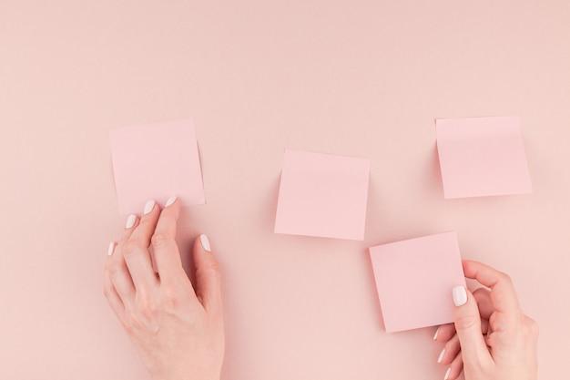 Mãos de mulher com adesivos de papel