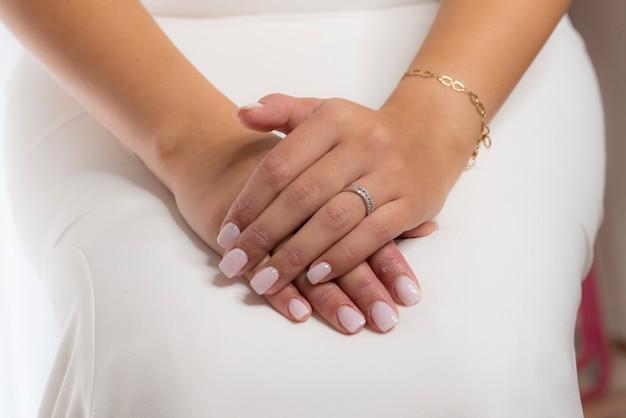 Mãos de mulher com anel de noivado para festa de casamento