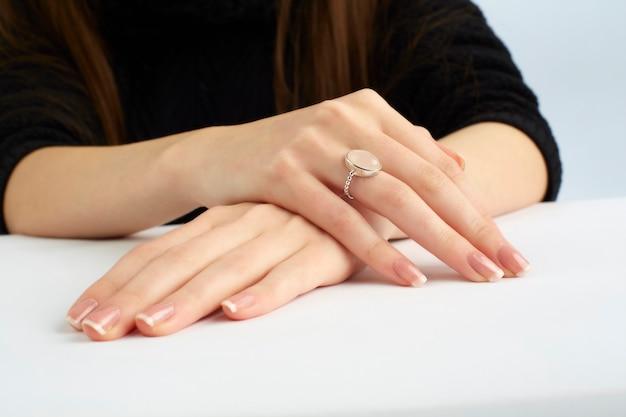 Mãos de mulher com anel e manicure