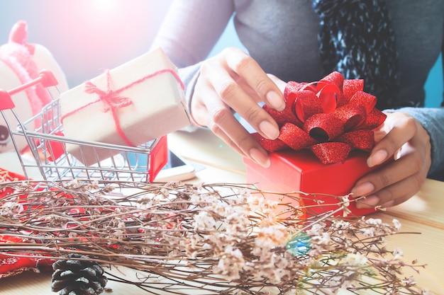 Mãos de mulher com caixa de presente vermelha linda, conceito de férias de natal