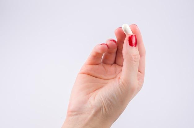 Mãos de mulher com comprimidos de medicamentos na prescrição médica de tratamento de palma.