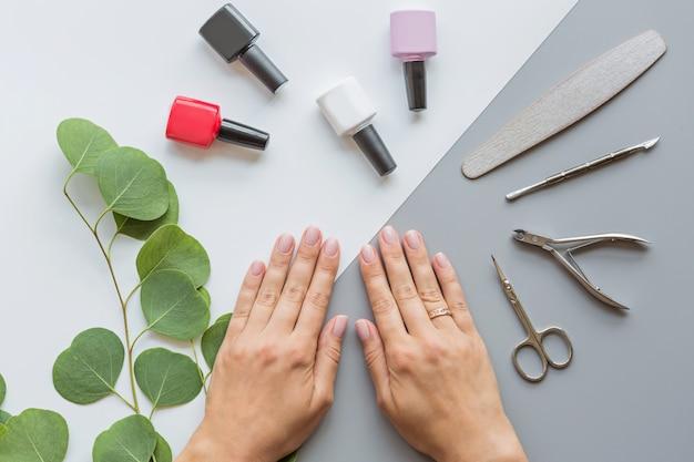 Mãos de mulher com manicure rosa