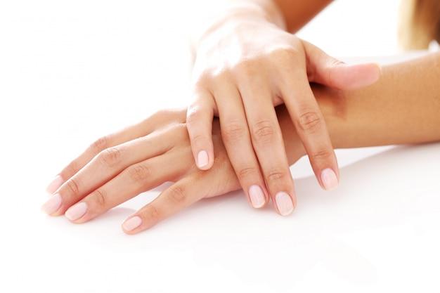 Mãos de mulher com manicure