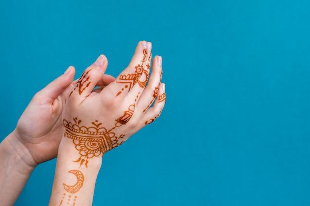 Mãos de mulher com maravilhoso mehndi