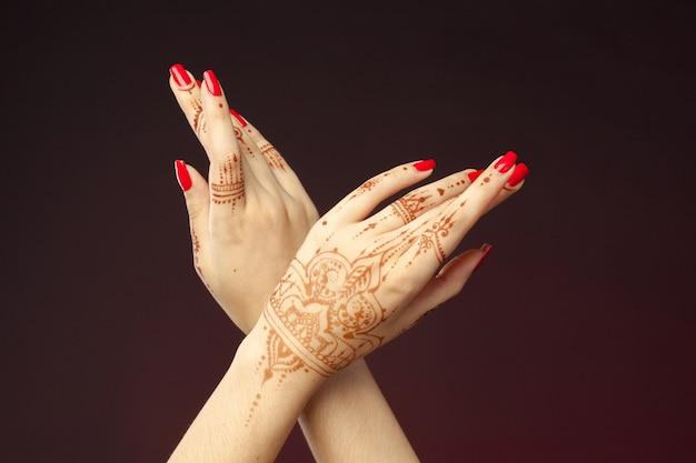 Mãos de mulher com mehndi