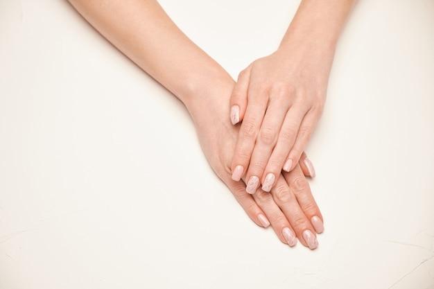 Mãos de mulher com uma bela manicure