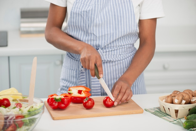 Mãos de mulher cortando deliciosos tomates